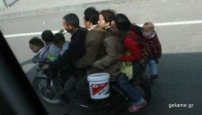 Πόσα άτομα χωράνε σε μια μοτοσυκλέτα; Πολλά! Δείτε και γελάστε!
