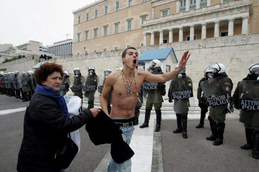 Κλασική μάνα σε διαδήλωση