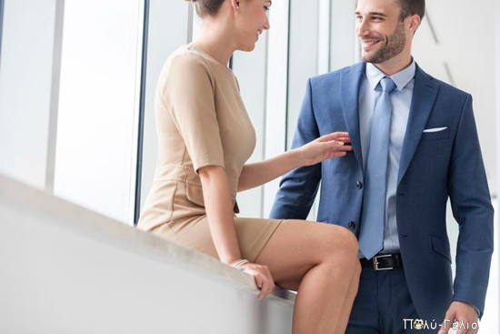 Ανέκδοτο: Βλέπει η γραμματέας τον προϊστάμενο να μπαίνει στο γραφείο με το φερμουάρ ανοιχτό….