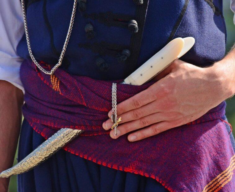 Ανέκδοτο: Ένας Κρητικός έκανε βόλτα στους δρόμους της Αθήνας λέγοντας την προσευχή του ξαφνικά ….! Τρελό γέλιο