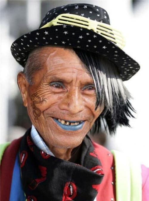 Ανέκδοτο: Ένας παππούς 82χρονών θέλει να πάει στην Μύκονο να δει τι γίνεται σε αυτό το νησί ….! Τρελό γέλιο