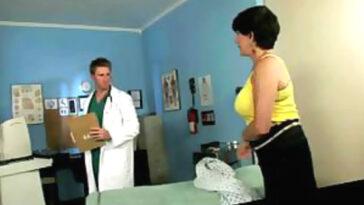 Ανέκδοτο: Η Πονηρή κυρία, ο Γιατρός και τα Ζουληγμένα Στήθη!