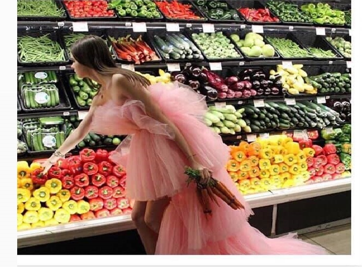 Ανέκδοτο: Μια γυναικάρα ψωνίζει στο μάρκετ την πλησιάζει ένας παντρεμένος … ! Τρελό γέλιο