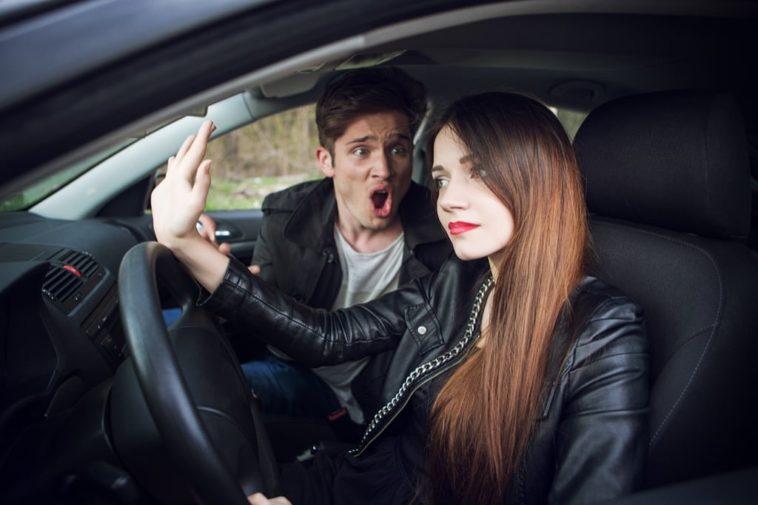 Ανέκδοτο: Οδηγά ο άντρας με 80 και του λεει η γυναικα του. Αγαπη μου θελω… Τρελό γέλιο