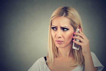 Ανέκδοτο: Έξαλλη ξανθιά μπαίνει σε κατάστημα κινητής τηλεφωνίας ! Τρελό γέλιο