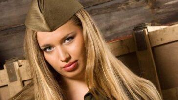 Ανέκδοτο: Είναι μια ξανθιά στρατιωτικός και έχει αράξει να ξεκουραστεί πάνω σε μια …! Τρελό γέλιο
