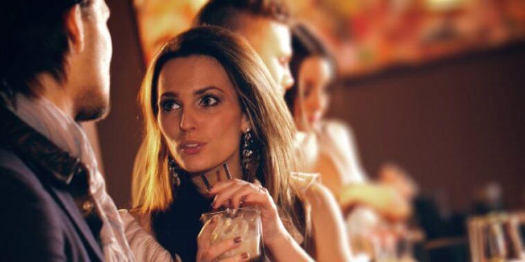 Ανέκδοτο: Μια γυναίκα καθόταν σε ένα μπαρ με τις φίλες της και έπινε το ποτό της μπαίνει ένας ψηλός όμορφος ….! Τρελό γέλιο