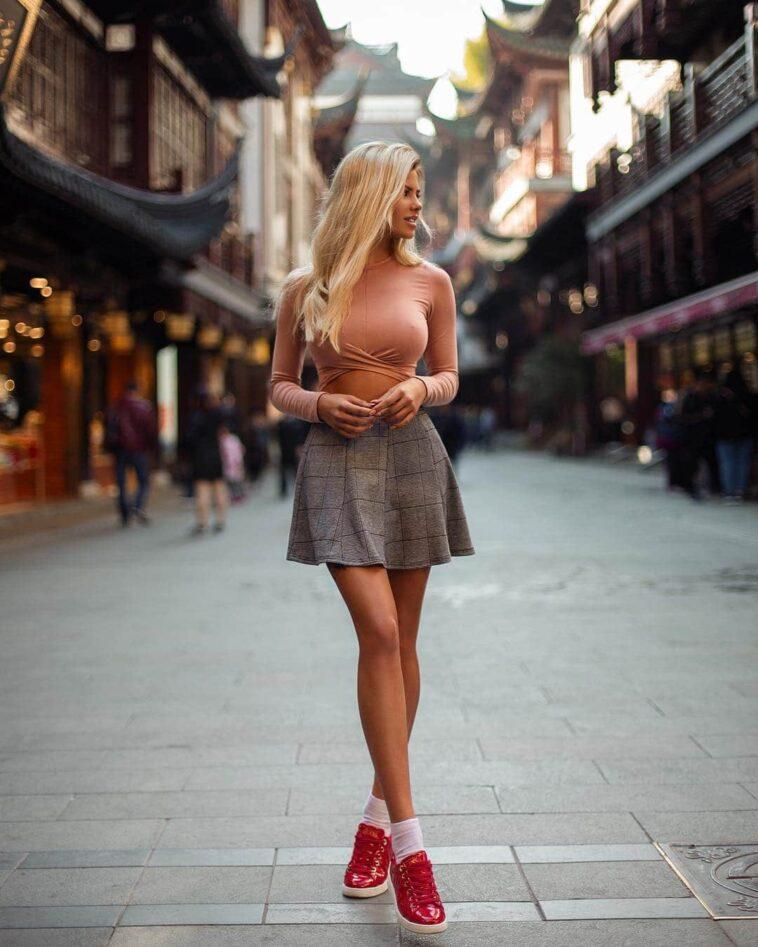 Ανέκδοτο: Ξανθιά περπατάει στον δρόμο με όλα έξω …! Τρελό γέλιο