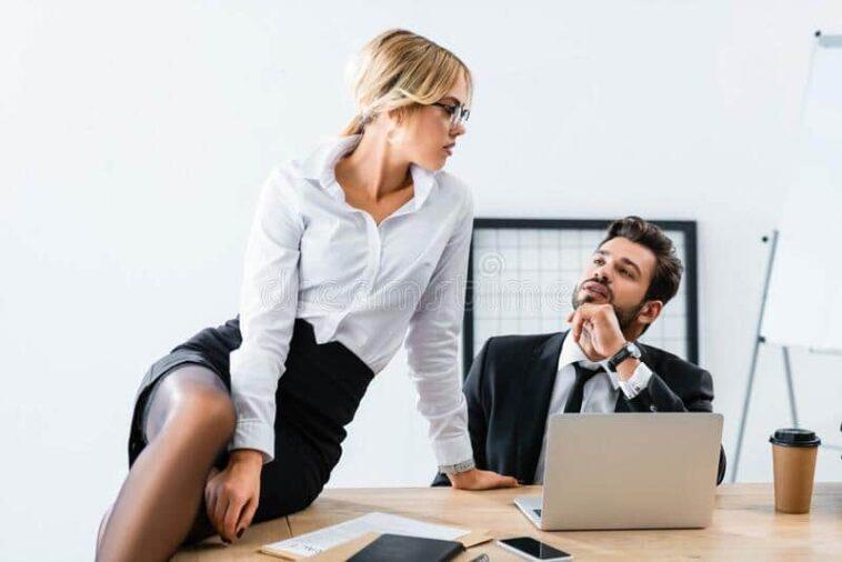 Ανέκδοτο : Ο προιστάμενος πηγαίνει το πρωί στο γραφείο του με το φερμουάρ στο παντελόνι του ανοικτό …! Τρελό γέλιο