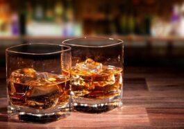 Ανέκδοτο: Πάει ένας σε ένα μπαρ και παραγγέλνει 2 ουίσκι …! Τρελό γέλιο