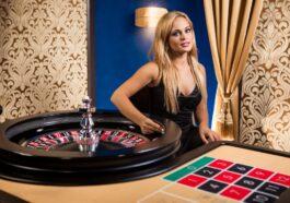 Ανέκδοτο: 2 κρουπιέρηδες κάθονται βαριεστημένα στη μπαρμπουτιέρα του καζίνο όταν μπαίνει μια κούκλα ξανθιά ….! Τρελό γέλιο