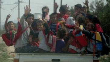 Ανέκδοτο: Ένας Τσιγγάνος φορτώνει στο αμάξι γυναίκα 10 παιδιά πεθερό πεθερά και …! Τρελό γέλιο
