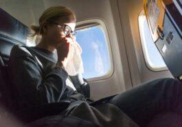 Ανέκδοτο: Μια γυναίκα φταρνιζόταν συνέχεια στο αεροπλάνο , έντρομος ο διπλανός της λέει …! Τρελό γέλιο