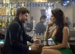 Ανέκδοτο: Σε ένα μπαρ κάθονται δίπλα δίπλα ένας άντρας με μια γυναίκα κι έχουν πιάσει κουβέντα …! Τρελό γέλιο