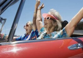 Ανέκδοτο: Δύο γριές ήταν σε ένα αυτοκίνητο και πήγαιναν βόλτα …! Τρελό γέλιο