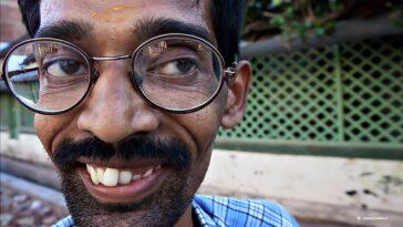 Ανέκδοτο: Πάει ένας τσιγκούνης σε μία εφημερίδα να βάλει την κηδεiα της γυναίκας του …! Τρελό γέλιο