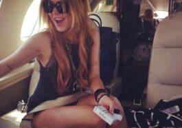 Ανέκδοτο: Σε ένα αεροπλάνο βρίσκονται δύο ξανθιές ξαφνικά κατά τη διάρκεια της πτήσης ο πιλότος κάνει ανακοινώνει ότι …! Τρελό γέλιο
