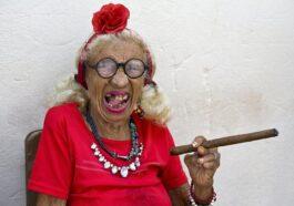 Ανέκδοτο : Το παγωτό η γιαγιά κ η μικρή αννούλα …! Τρελό γέλιο