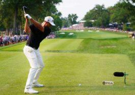 Ανέκδοτο: 2 φίλοι παίζουν γκολφ ο ένας από τους 2 αστοχεί και αρχίζει να βρiζει …!