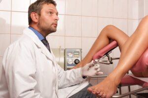 Ανέκδοτο: Ξανθιά πάει στο γυναικολόγο για εμβόλιο κορωνοιού. Τρελό γέλιο