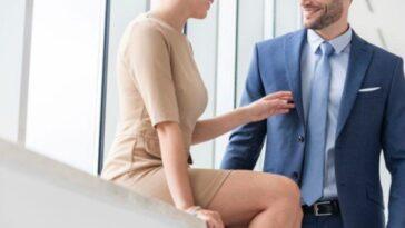 Ανέκδοτο: Βλέπει η γραμματέας τον προϊστάμενο να μπαίνει στο γραφείο με το φερμουάρ ανοιχτό…