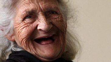Ανέκδοτο: Κάθονται οι τρεις αδελφές στο σαλόνι και μαζί τους είναι και η κουφή γιαγιά…