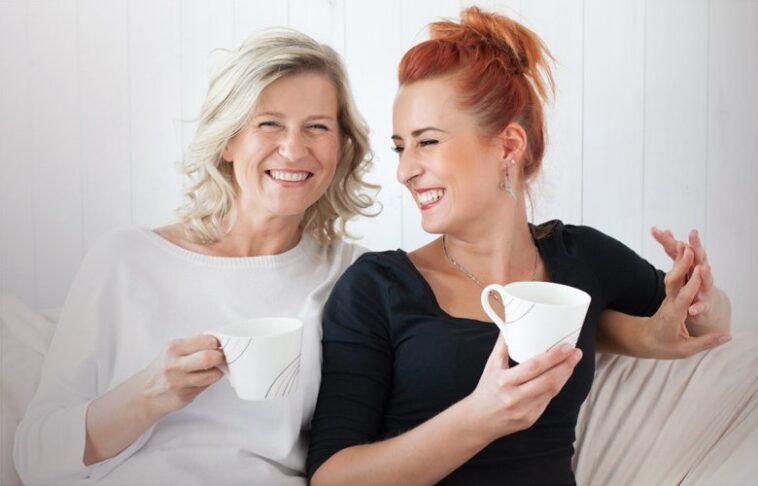 Ανέκδοτο: 2 μαμάδες γνωρίζονται και συζητούν για τις κόρες τους…