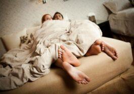Ανέκδοτο: Μπαίνει ένας στο σπίτι του και βρίσκει τη σύζυγο με τον υδραυλικό…