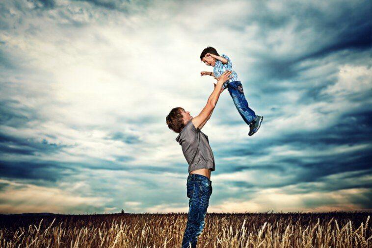 Ανέκδοτο: Ο μπαμπάς προσπαθεί να πείσει το γιο του να φάει το αβγό του…