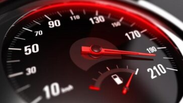 Ανεκδοτάρα: Η τροχαία καταδιώκει έναν οδηγό που τρέχει με υπερβολική ταχύτητα…