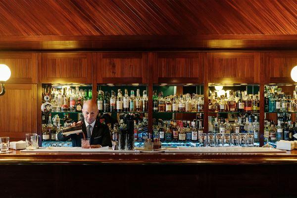 Ανέκδοτο: Μπαίνει ένας μαγκάκος 1.60, 50 κιλά στο μπαρ έτοιμος για μανούρα…